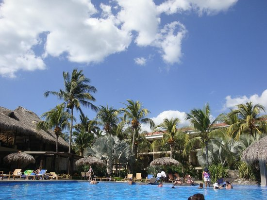Flamingo Beach Resort & Spa: HUGE pool in courtyard -kids pool to the right- there is also a small quiet adult pool out back