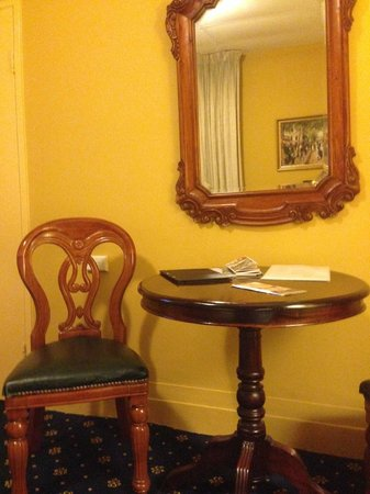 Castlereagh Boutique Hotel: Period furniture