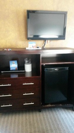 Stoney Nakoda Resort & Casino: tv, fridge, cabinet