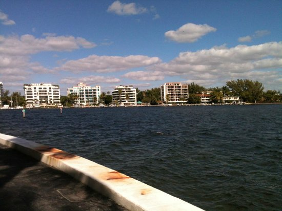 Palmeiras Beach Club at Grove Isle: Camino alrrededor de la isla
