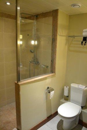 Beachcomber Le Mauricia Hotel: Salle de bains mériterait un petit coup de lift