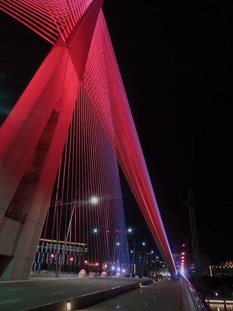 Le pont de Putrajaya : The colours on the bridge change every few minutes