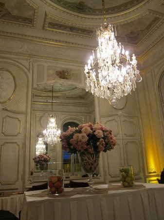 Hôtel Régina Louvre: The beautiful breakfast room