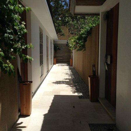 Uma Sapna: Outside Room Moyo