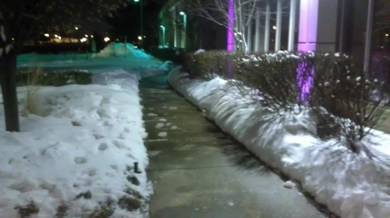 Renaissance Newark Airport Hotel : Walks well cleared of snow
