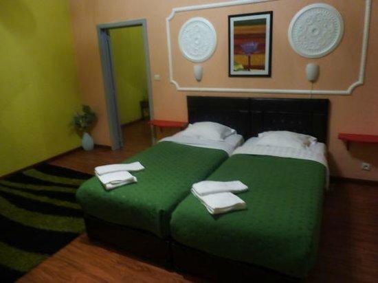 Sunrise Apart Hotel: ベッドは広いが、シングル二つ