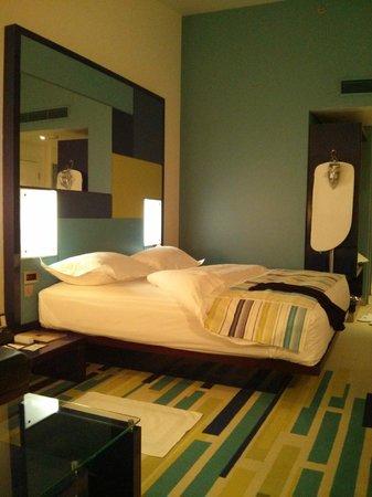 Dubai International Hotel: Вид от окна, рядом с которым есть кожаный диван и журнальный столик!