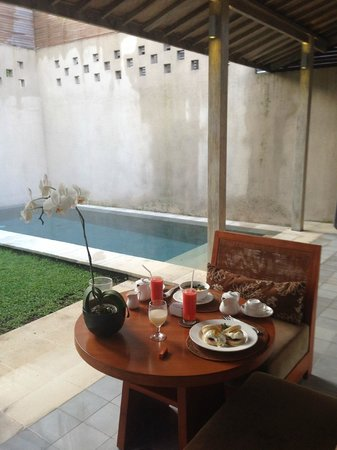 Uma Sapna: Breakfast next to Private Pool in Room Morotai