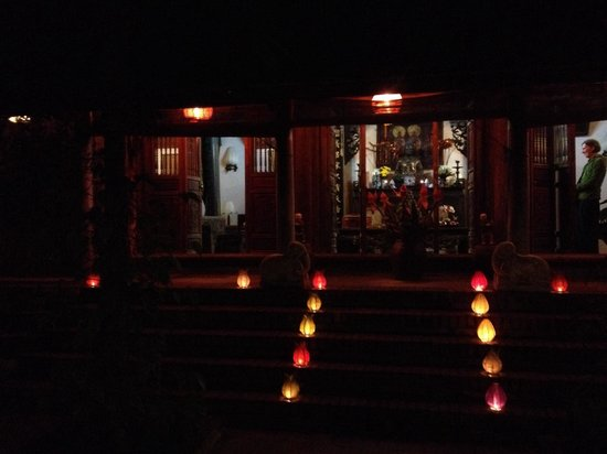 Moon Garden Homestay: Buddha worship before dinner. Beautiful ceremony