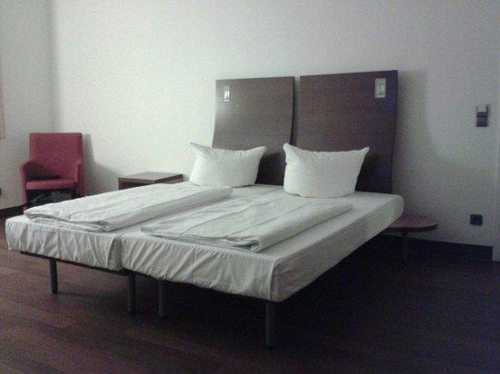 Stadthotel Freiburg Kolping Hotels und Resorts: Bett Deluxe-Zimmer 101