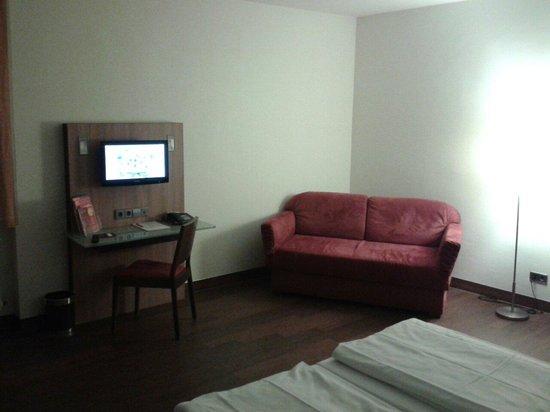 Stadthotel Freiburg Kolping Hotels und Resorts: TV und Couch Deluxe-Zimmer 101