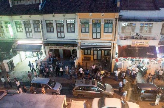 Santa Grand Hotel Little India: crowd on Sunday night