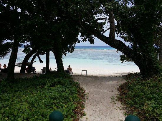 Hilton Seychelles Labriz Resort & Spa : Spiaggia davanti al bar