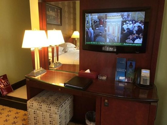 Leader Al Muna Kareem Hotel: TV and work desk