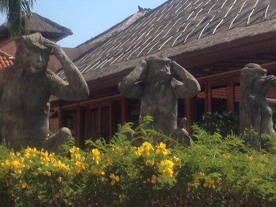 AYANA Resort and Spa: ホテルの中を歩いていたら、見猿  言わ猿  聞か猿?