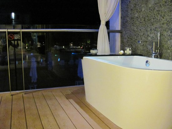 The Stones Hotel - Legian Bali, Autograph Collection: Bathtub in the balcony