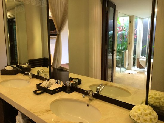 White Rose Kuta Resort, Villas & Spa: Comes with 2 sinks