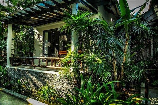 Punnpreeda Beach Resort: Hotel villa coté jardin