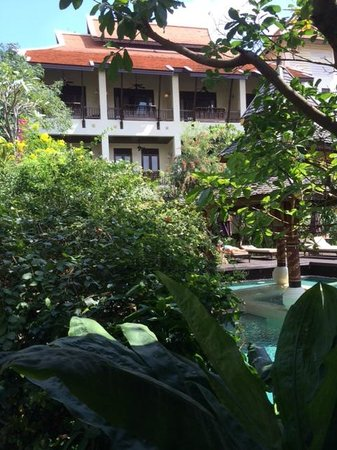 Puripunn Baby Grand Boutique Hotel: Lush greenery, building, pool