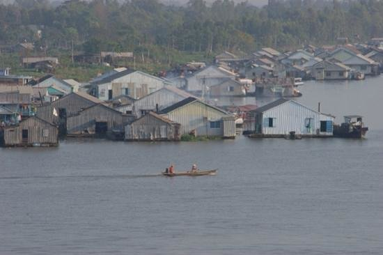 Victoria Chau Doc Hotel: Maisons flottantes (vue depuis l hotel)