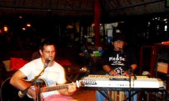 Joe's Cafe: It's Kreed and an Aussie guy...live music...wonderful...bravo!