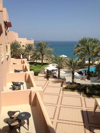 Shangri La Barr Al Jissah Resort & Spa-Al Husn : Blick vom Zimmerbalkon gen Pool und Meer