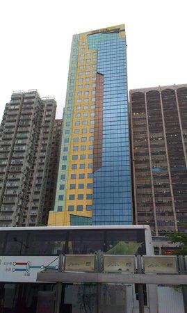 Ibis Hong Kong North Point: Сам отель, неплохо выделяется =)