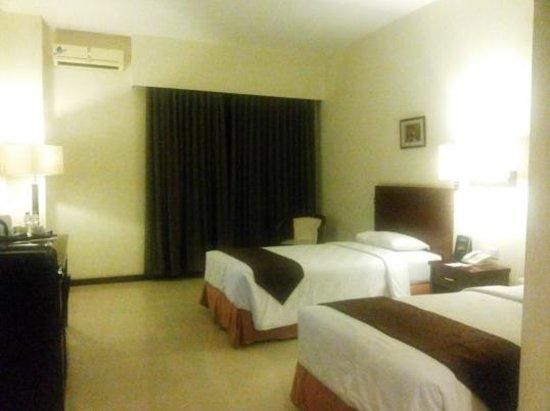 Sun Hotel Sidoarjo: nice room - twin bed