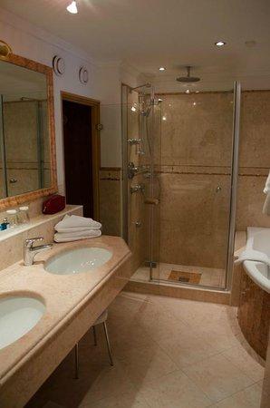 Grand Hotel Zell am See: Tolles Badezimmer mit eigener Sauna