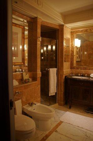 Island Shangri-La Hong Kong: Deluxe Harbour View Room Bathroom