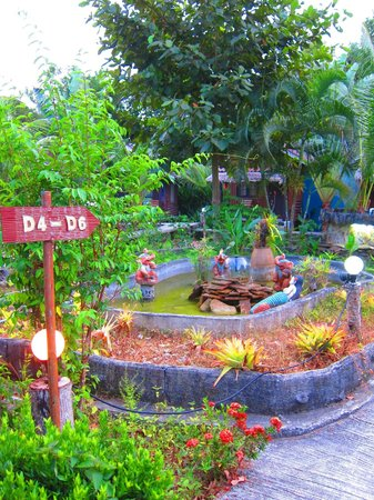Lantawadee Resort & Spa: The garden outside the bungalows