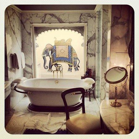 The Oberoi Udaivilas: Bathtub