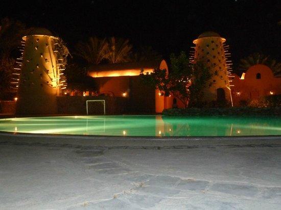 The Grand Makadi Hotel: Ночной вид бассейна.