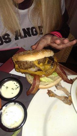 Carlton Hotel Dublin Airport: Gigantic NY style Hamburger