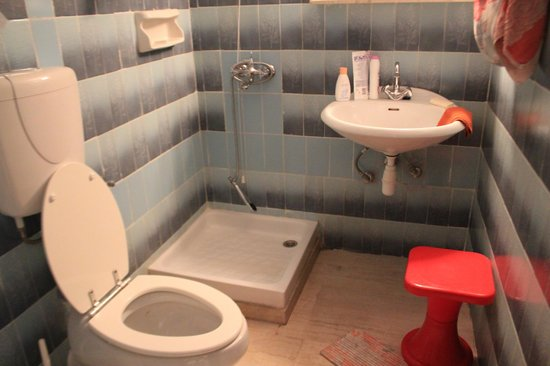 Melas Apartments: санузел