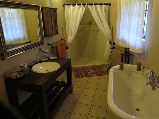 Mvuradona Safari Lodge : Honeymoon Bathroom