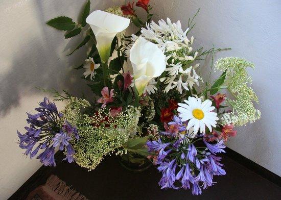 King Fern Bungalow: Fresh flowers on stairwell