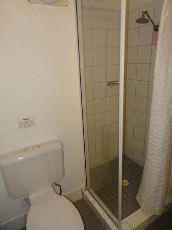 Travelodge Mirambeena Resort Darwin: Prysznic i toaleta....