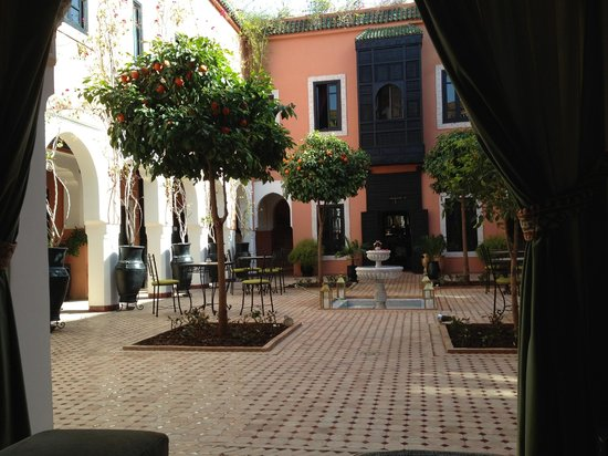 Les Borjs de la Kasbah: main courtyard with orange trees and fountain .. excellent wifi