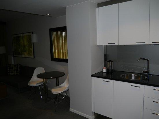 Adina Apartment Hotel Berlin Mitte: Прихожая, кухонная зона