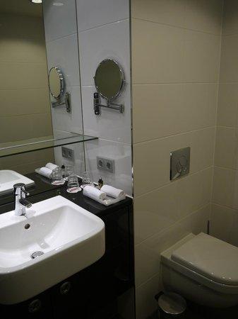 Adina Apartment Hotel Berlin Mitte: Ванная комната