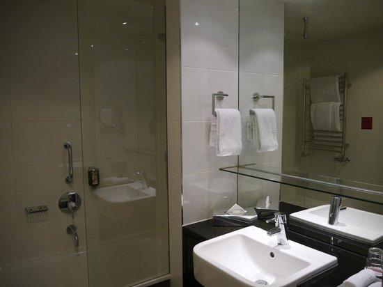 Adina Apartment Hotel Berlin Hauptbahnhof: Ванная комната
