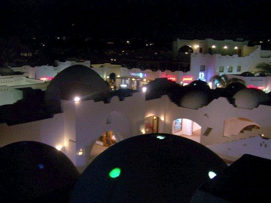 Domina Coral Bay Aquamarine Hotel: отель ночью