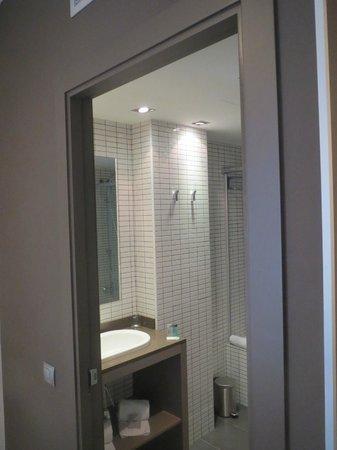 Hotel Laumon: Acceso ala baño con ducha y bañera completa