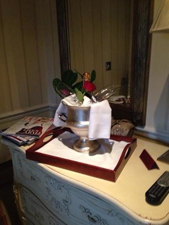 Apsley House Hotel: bubbles on arrival!
