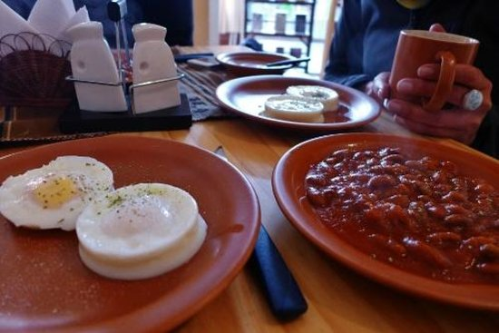 El Condor & The Eagle Cafe : Poached eggs and baked beans