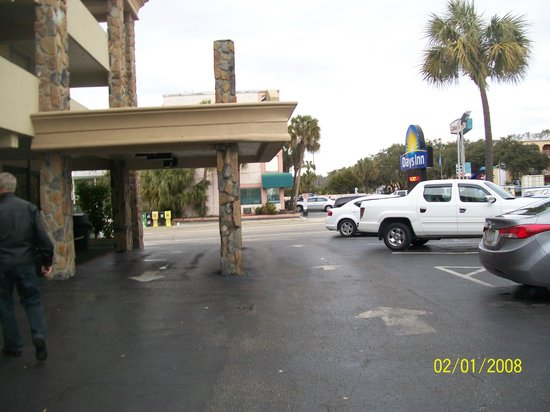 Days Inn Myrtle Beach-Beach Front: Front Entrance