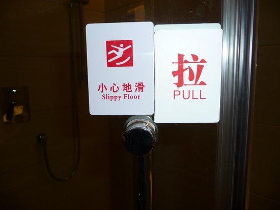 Huatian Hotel: Bathroom shower