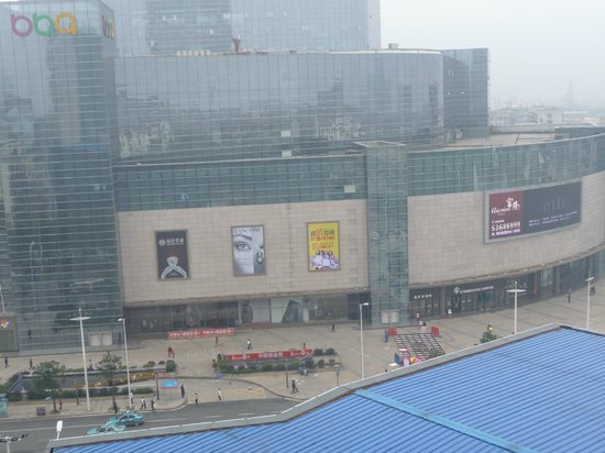 Huatian Hotel: Room view of the mall & Starbucks across the street