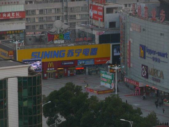 Huatian Hotel: Room view of Mcdonalds 2 blocks down the street